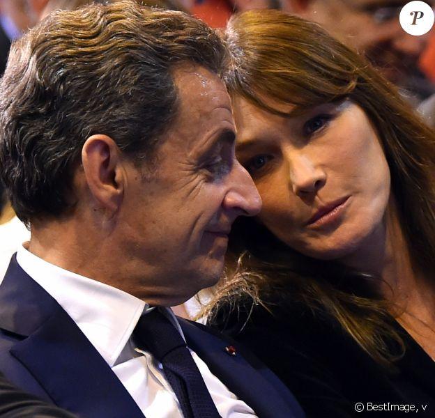 Nicolas Sarkozy et sa femme Carla Bruni-Sarkozy très complices lors d'un meeting à Marseille - Nicolas Sarkozy, l'ancien président de la république française, en meeting à la salle Vallier à Marseille pour la campagne des primaires des Républicains en vue de l'élection présidentielle de 2017, le 27 octobre 2016. © Bruno Bebert/Bestimage