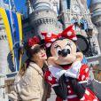 Drew Barrymore pose avec Minnie à Disney World en Floride le 25 janvier 2020.