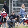 Exclusif - Hilary Duff alerte la police, à cause de la présence d'un homme muni d'un appareil photo, sur le terrain de football où son fils joue au Flag football à Los Angeles, le 22 février 2020.
