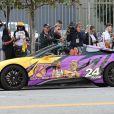 Des agents de police mettent une amende sur la voiture de sport peinte en hommage à Kobe Bryant et de sa fille Gianna garée dans les rues de Los Angeles, le 24 février 2020