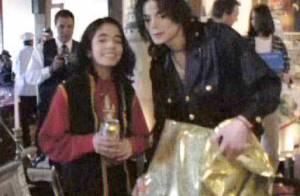 Omer Bhatti, le faux fils caché de Michael Jackson se promène... avec les garçons de la star !