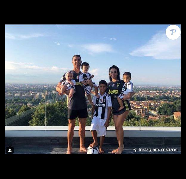 Cristiano Ronaldo pose avec sa compagne Georgina Rodriguez et ses quatre enfants Cristiano Jr, Mateo, Eva et Alana Martina. Tous sont aux couleurs de la Juventus de Turin. Instagram, le 21 août 2018.