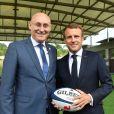 Bernard Laporte (président de la Fédération Française de Rugby à XV), Emmanuel Macron, président de la République Française, lors de la visite du centre d'entrainement du XV de France, en phase préparatoire de la Coupe du Monde Rugby 2019 au Japon. Marcoussis, le 5 septembre 2019. © Liewig/Pool/Bestimage
