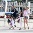 Johnny, Laeticia, leurs filles Jade et Joy arrivent à Saint-Barth après 13 heures de vol, ouf, c'est enfin les vacances !