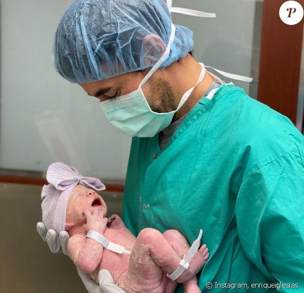 Enrique Iglesias dévoile une première photo de son troisième enfant sur Instagram, le 13 février 2020.