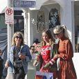 """Laeticia Hallyday est allée déjeuner au restaurant MTN Venice avec sa mère Françoise Thibaut, son compagnon Pascal Balland et sa fille Mathilde à Los Angeles, le 19 octobre 2019. A la sortie du restaurant, ils sont allés faire du shopping dans la boutique """"Aviator Nation Venice"""" juste en face."""