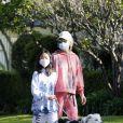 Laeticia Hallyday, ses filles Jade et Joy, avec des masques, se promènent dans le quartier de Pacific Palisades, à Los Angeles, Californie, Etats-Unis, le 3 avril 2020.