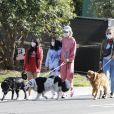 Christina arrive en fin d'après-midi chez Laeticia avec son chien Bono et des masques de protection à la main. Laeticia Hallyday, ses filles Jade et Joy, Christina, avec des masques, et leurs chiens Santos, Cheyenne et Bono se promènent dans le quartier de Pacific Palisades, à Los Angeles, Californie, Etats-Unis, le 3 avril 2020