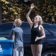Exclusif - Pour entretenir sa forme pendant le confinement, Naomi Watts joue au basket avec son fils Alexander, 11 ans, devant sa maison de Santa Monica, le 25 mars 2020.