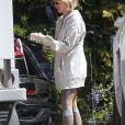 Exclusif - De retour des courses, Naomi Watts porte des gants de protection pendant l'épidémie de coronavirus (Covid-19) à Santa Monica, le 25 mars 2020.