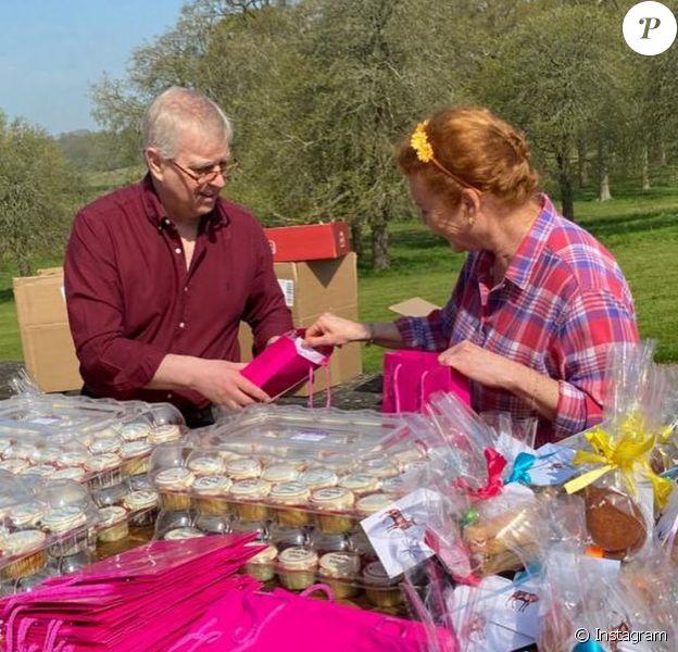 Le prince Andrew, duc d'York et Sarah Ferguson ont préparé des sacs de gourmandises pour Pâques à destination d'un centre de soins de Windsor, comme l'a fait savoir l'assistante de la duchesse en partageant des images sur son compte Instagram le 10 avril 2020.