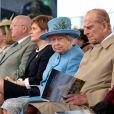 """La reine Elisabeth II d'Angleterre et le prince Philip dévoilent la plaque d'inauguration de la """"Queensferry Crossing"""" au Club Arena à Edimbourg le 4 septembre 2017."""
