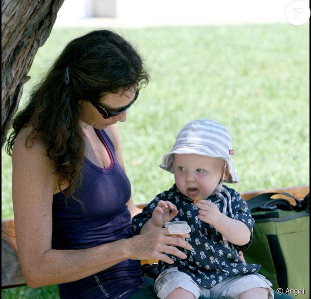 Minnie Driver et son fils dans un parc de Malibu (25 août 2009)