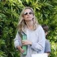 Exclusif - Sarah Michelle Gellar se promène dans son quartier de Brentwood avec son fils Rocky James Prinze à Los Angeles, Californie, Etats-Unis, le 4 avril 2020.