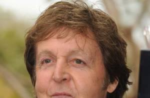 Sir Paul McCartney : bisous volés à sa chérie lors d'un match de baseball... Trop mignon !