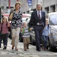 Le prince Philippe de Belgique, sa femme la princesse Mathilde et leurs enfants Elisabeth, Gabriel et Emmanuel sur le chemin de l'école à Bruxelles le 1er septembre 2009
