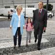 La princesse Astrid, son époux le prince Lorenz et leur enfant fille Laetitia Maria sur le chemin de l'école à Bruxelles le 1er septembre 2009