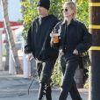 """Justin Bieber et sa femme Hailey Bieber Baldwin (habillés tout en noir) sont allés faire du shopping au centre commercial """"The Grove"""" à Los Angeles, le 11 janvier 2020. Les amoureux se tiennent la main."""