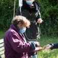 """Exclusif - Hélène Rolles et Patrick Puydebat se nettoient les mains avec du gel hydroalcoolique - Reprise du tournage de la série """"Les Mystères de l'amour"""" à Cergy-Pontoise (Val d'Oise) après 2 mois d'arrêt dû au confinement en pleine épidémie de Coronavirus Covid-19 le 14 mai 2020."""