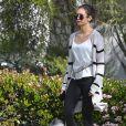 Concentrée sur son téléphone, Nina Dobrev oublie de ramasser les déjections de son chien lors de sa promenade à Beverly Hills, le 7 avril 2020.