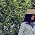 """Exclusif - L'actrice de 38 ans, Abigail Spencer, sans son plâtre au poignet, se fait prendre en photo par une amie, devant sa maison de Los Angeles, pour son compte Instagram. Celle qui partageait l'écran avec M. Markle dans la série """"Suits"""" s'était cassée le poignet gauche en tombant dans son jardin. Le 28 mai 2020."""