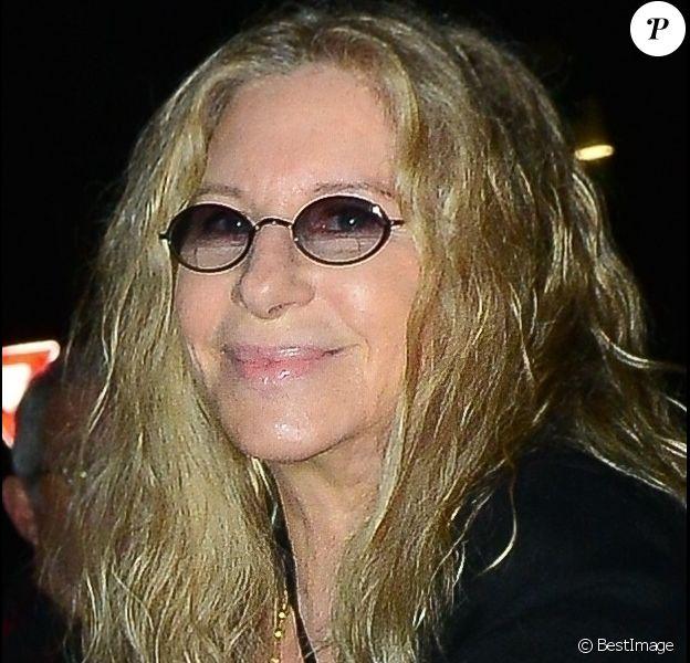Exclusif - Barbra Streisand et son mari James Brolin se baladent main dans la main dans les rues de Santa Monica à Los Angeles. Le couple est allé diner au restaurant Giorgio Baldi. Le 24 mai 2019.