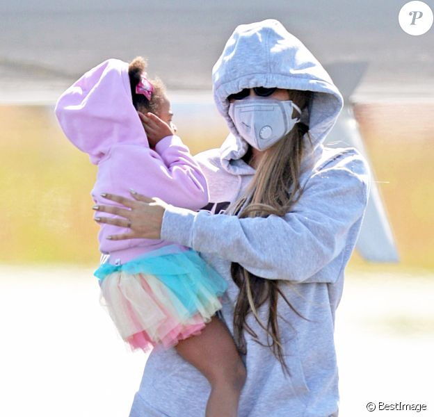 Exclusif - Beyoncé et son mari Jay Z avec leurs enfants arrivent en jet privé dans les Hamptons à New York le 19 juin 2020. Ils portent des masques pour se protéger de l'épidémie de Coronavirus (Covid-19).