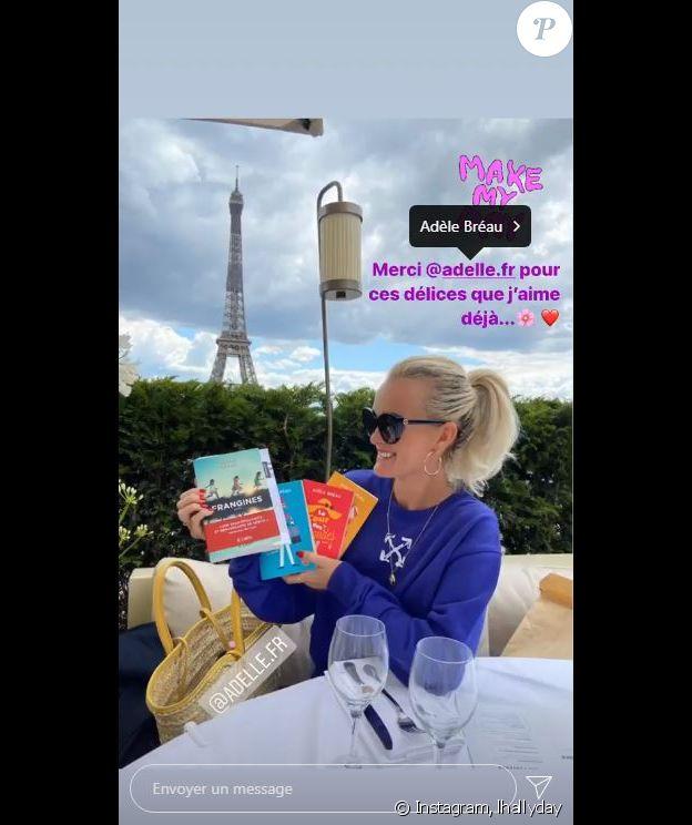 Laeticia Hallyday a été gâtée par Adèle Bréau,qui lui a offert plusieurs de ses livres. La maman de Jade et Joy a déjeuné près de la Tour Eiffel le 20 juin 2020.