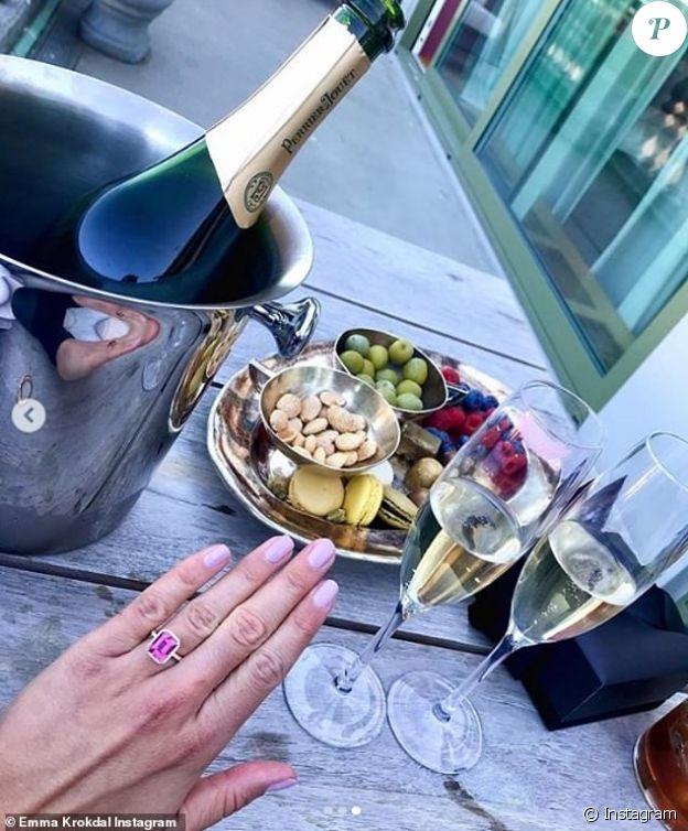 Emma Krokdal dévoile sa bague de fiançailles sur Instagram, juin 2020.