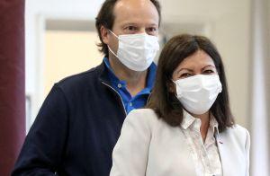 Municipales à Paris : Anne Hidalgo masquée, a voté avec son mari