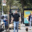 """Exclusif - Kit Harrington arbore un nouveau look, loin de celui de """"Game of Thrones"""", en promenant son chien à Londres. L'acteur de 33 ans a fait quelques courses chez l'épicier de son quartier. Le 10 juin 2020."""