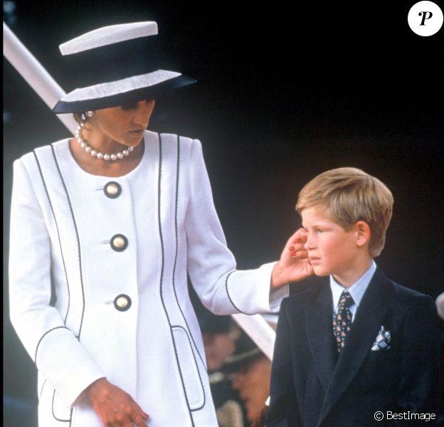 Diana et son fils le prince Harry à Londres en 1995.