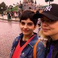 Louane et sa soeur Louise ont passé la journée à Disneyland Paris, le 22 octobre 2018.