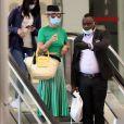 Exclusif - Laeticia Hallyday et son compagnon Pascal Balland arrivent à l'aéroport Roissy CDG après une échappée de trois jours à Florence, sans enfants, le 30 juin 2020.