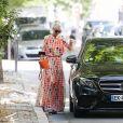 """Exclusif - Après avoir déjeuné au restaurant """"La Poule au Pot"""" avec son compagnon Pascal Balland et sa mère, Laeticia Hallyday est allée faire du shopping chez Dior Avenue Montaigne pour acheter un cadeau à son amie Elodie Piège à Paris, le 23 juin 2020."""