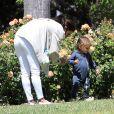 Exclusif - Eva Longoria et son fils Santiago profitent d'un après-midi ensoleillé dans un parc de Los Angeles, le 14 juin 2020.