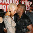 Kanye West arrive aux MTV VMA 2009 avec sa compagne, Amber, et sa bouteille. Quelques minutes plus tard, il s'illustrera tristement...