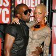 Kanyes West arrive aux MTV VMA 2009 avec sa compagne, Amber, et sa bouteille. Quelques minutes plus tard, il s'illustrera tristement...