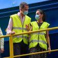 Le roi Felipe VI et la reine Letizia d'Espagne en visite dans une usine de traitement de déchets à Gijon le 30 juillet 2020 lors de leur visite en principauté des Asturies, dernière étape de leur tournée des dix-sept communautés autonomes du pays dans le cadre du déconfinement.
