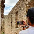 Le prince Carl Philip (ici en train de photographier les ruines du château de Borgholm) et la princesse Sofia sont restés en Suède au cours de l'été 2020, coronavirus oblige, et ont partagé avec leurs abonnés Instagram quelques-uns des endroits où ils se sont promenés et ressourcés avec leurs fils le prince Alexander et le prince Gabriel. © Instagram Prinsparet