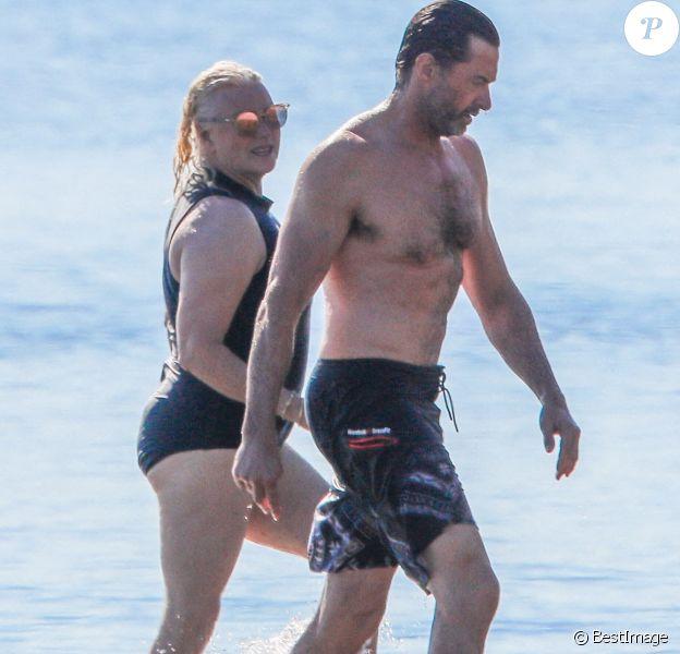 Exclusif - Hugh Jackman se balade sur la plage avec sa femme Deborra Lee Furness et ses chiens sous le soleil des Hamptons, le 25 juillet 2020
