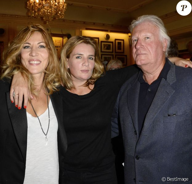 """Mathilde Seigner, sa soeur Marie-Amélie Seigner et leur père Jean-Louis Seigner - Générale de la pièce """"Nina"""" au théâtre Edouard VII à Paris, le 16 septembre 2013."""