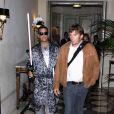 Robbie Williams sort de l'hôtel Meurice, à Paris, vêtu d'une tenue improbable.