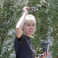 Exclusif - Miley Cyrus est allée rendre visite à un ami dans le quartier de Calabasas à Los Angeles pendant l'épidémie de coronavirus (Covid-19). Miley rayonne malgré l'annonce de séparation avec son compagnon C. Simpson après moins d'un an ensemble. Le 13 août 2020.