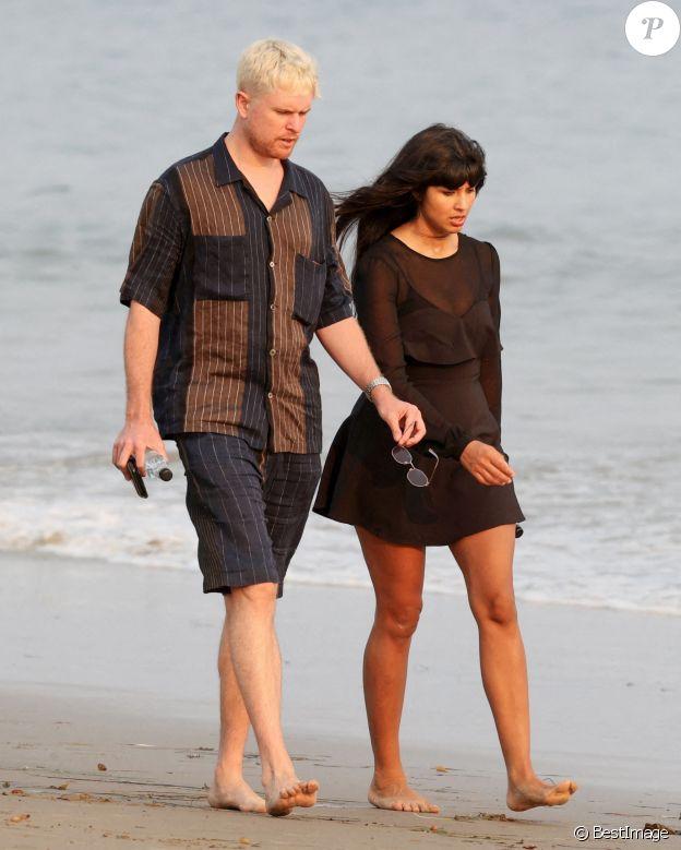 Exclusif - Jameela Jamil et son compagnon James Blake se promenent sur la plage à Montecito, le 26 aout 2020. Le couple britannique séjourne dans l'hôtel Rosewood Miramar Beach près de Santa Barbara, où le prince Harry et Meghan Markle ont récemment élu domicile.