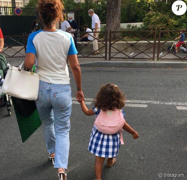 Amel Bent accompagne sa fille Hana à sa rentrée des classes. Septembre 2020.