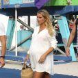Exclusif - Claire Holt, enceinte, se promène avec son mari Andrew Joblon à Miami le 8 décembre 2018.