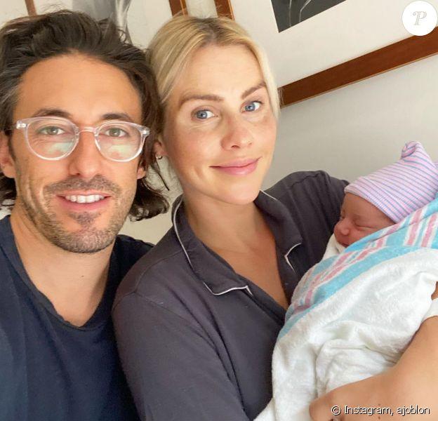 Claire Holt pose avec son mari et leur bébé, sur Instagram.