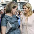 Les princesses Maxima des Pays-Bas (en rose) et Mathilde de Belgique (en gris) ont inauguré le musée M à Louvain, le 20 septembre 2009