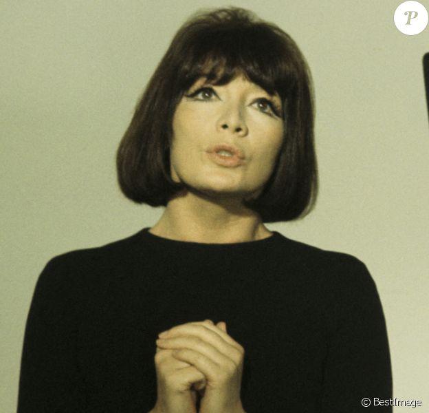 """Archives - En France, à Paris, Juliette Gréco sur le plateau de l'émission """"Discorama"""""""